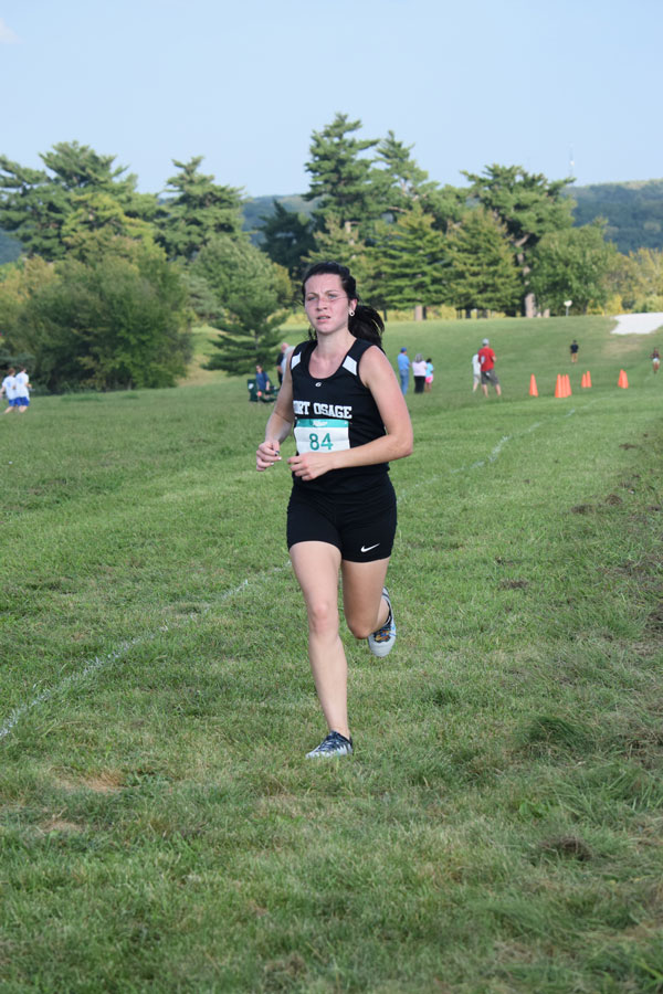 Junior+Hailey+Alvis+pulls+away+from+the+other+runners+in+the+Grandview+Invite.+She+finished+with+a+1st+place+time+of+19%3A19.